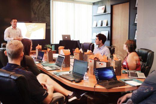 een groep jonge mensen tijdens een vergadering